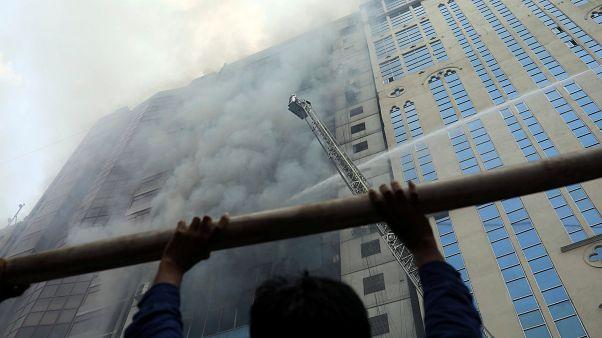 Hochhaus in Flammen in Dhaka, Bangladesch