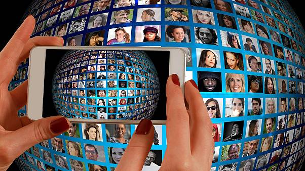 """Как """"лайки"""" и фотки в соцсетях приводят к отказу в кредитах: интервью Euronews"""