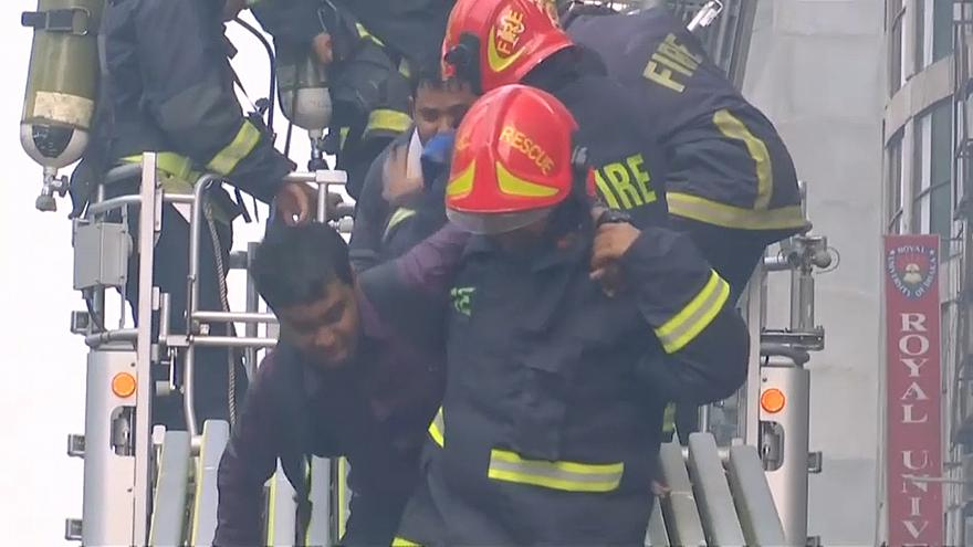 مقتل ما لا يقل عن 5 أشخاص وإصابة نحو 60 في حريق في ناطحة سحاب في دكا