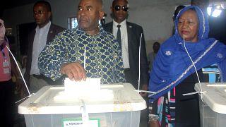 رئيس جزر القمر المنتهية ولايته يصوت خلال الانتخابات التي فاز فيها بنحو 60%