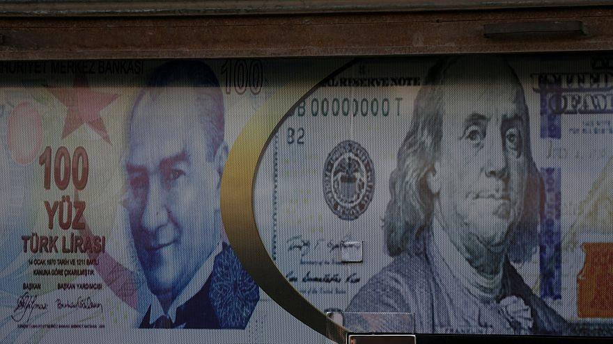 انخفاض الليرة التركية بمعدل 5% مع وصل سعر الفائدة إلى 1200%