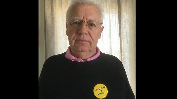 Quest'uomo è stato fermato a Gatwick per indossare una spilla anti-Brexit