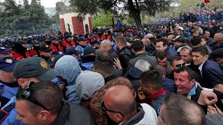 شاهد: المتظاهرون الألبان يحاولون اقتحام مبنى البرلمان