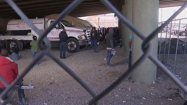 مجموعة من طالبي اللجوء محتجزين تحت الجسر