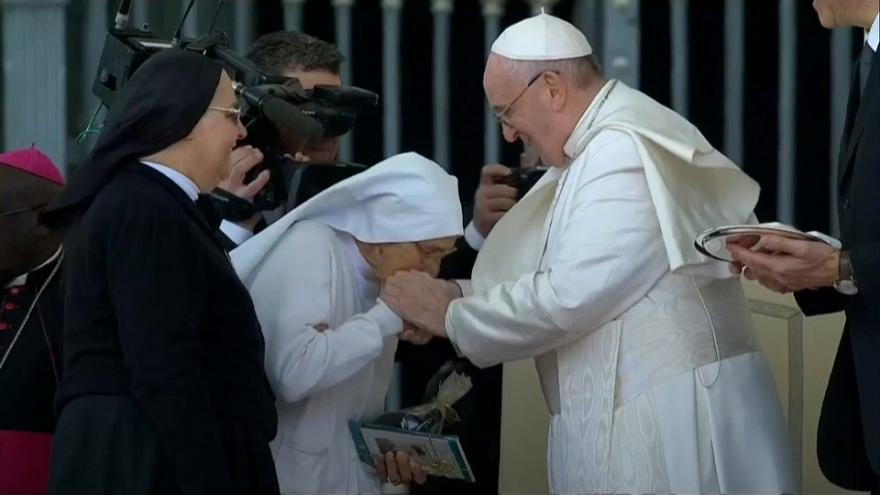 VIDEO: El papa deja besar su anillo a una monja que ha traído al mundo a 3.000 bebés
