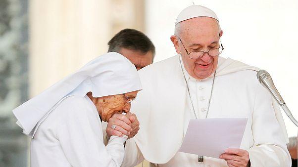 Vatikan'dan Papa'nın elini öptürmeme ısrarına açıklama geldi: Hijyenik sebepler