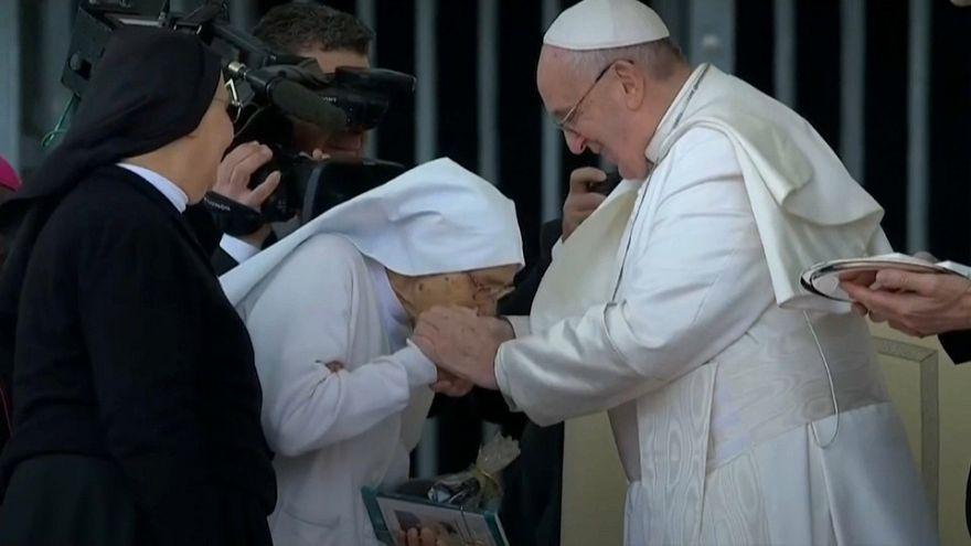 Video | Papst ehrt Nonne, die als Geburtshelferin 3.000 Babys zur Welt brachte