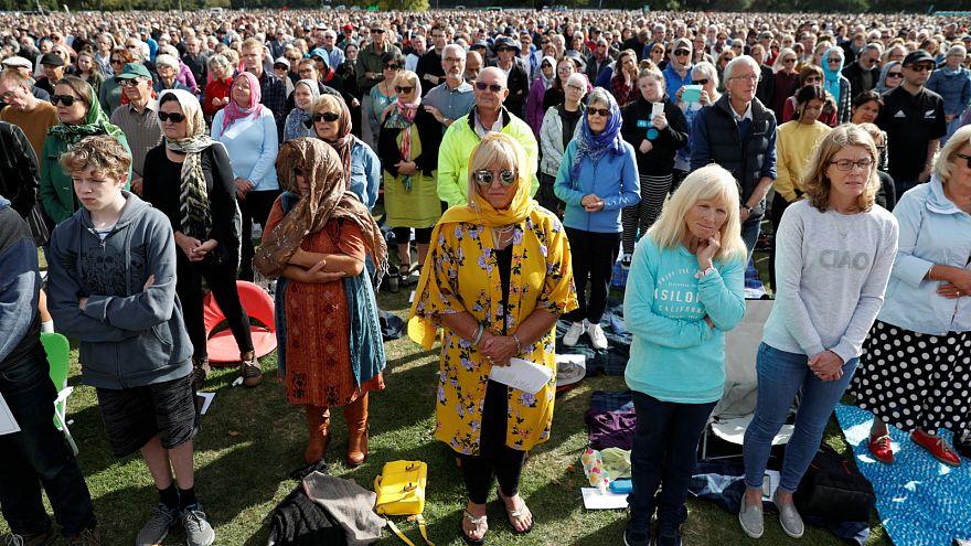 الآلاف يحتشدون لحضور مراسم تأبين ضحايا المسجدين في متنزه هاجلي في نيوزيلندا