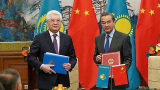 Kazakistan Dışişleri Bakanı Beibut Atamkulov, Çin Dışişleri Bakanı Wang Yi