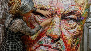 فنانان أوكرانيان ينتقدان سياسة الرئيس من خلال أغلفة الحلوى وفوارغ الرصاص