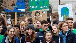 Több tízezer diák tüntetett a klímaváltozás ellen Németországban