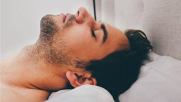 خوابیدن زیاد آخرهفته برای جبران کمبود خواب عمر را کوتاه میکند