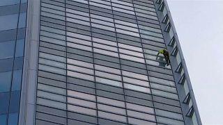 Haftanın No Comment videoları: Fransız örümcek adam, yarış pistinde yumruklu kavga...