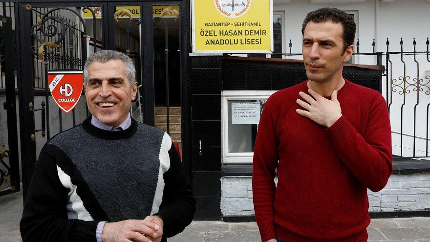 جمال سحلبجي وابنه أحمد يقفان أمام المدرسة يعملان بها في تركيا /6 مارس 2019
