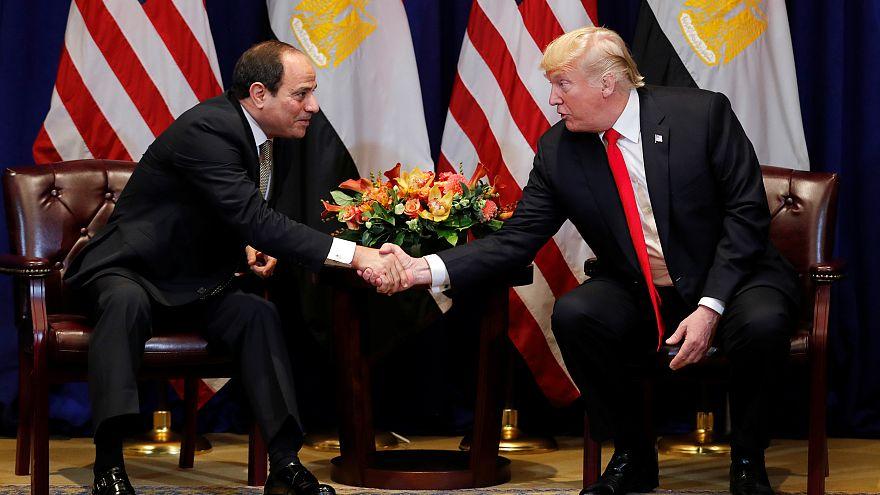 لرئيس الأمريكي دونالد ترامب يصافح نظيره المصري عبد الفتاح السيسي في نيويورك