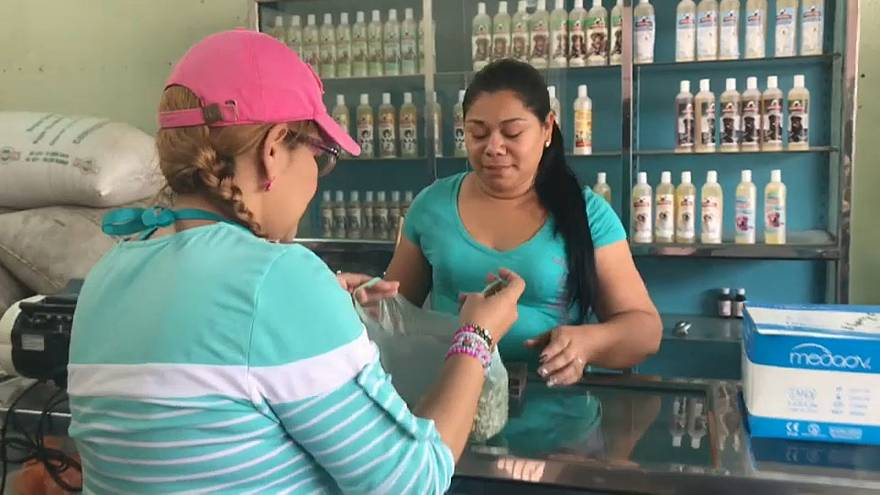 Una vecina de Guarico compra un medicamento con granos de café.