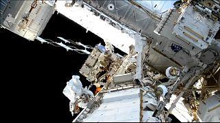 شاهد: رائدا فضاء يخرجان من محطة الفضاء الدولية في مهمة لتبديل بطاريات