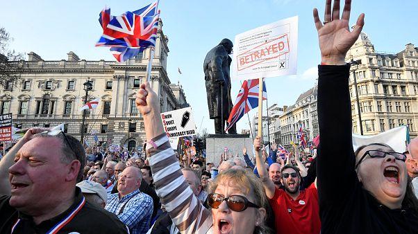شاهد: معارضون لتأخر خروج بريطانيا من البريكست يسيرون نحو البرلمان على ضفة نهر التايمز