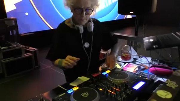 DJ Wika – 80 éves nagyi a keverőpultnál