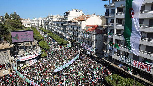 Több százezren tüntettek Algériában Buteflika rendszere ellen