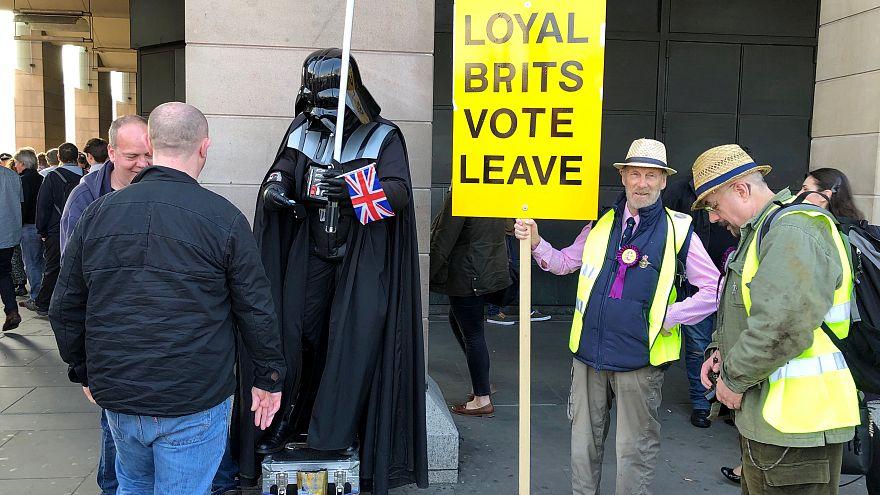İngiltere'de Brexit taraftarları AB'den ayrılığın gecikmesini protesto etti
