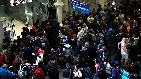 مئات الركاب في محطة قطارات سانت بانكراس في لندن اليوم السبت