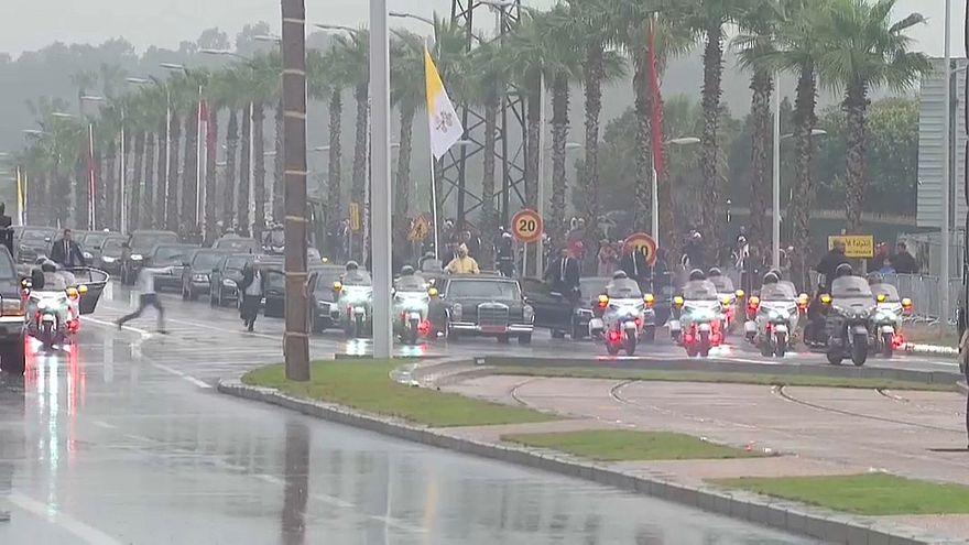 شاهد: لحظة اعتقال رجل حاول الاقتراب من سيارة العاهل المغربي خلال زيارة البابا