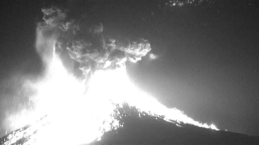 Video: Meksika Popocatepetl Yanardağı'nda şiddetli patlama anı