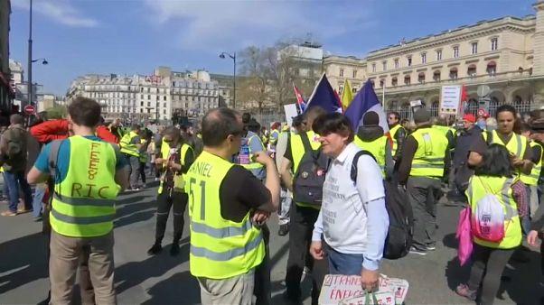 Las protestas prosiguen lejos de los Campos Elíseos