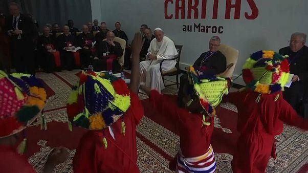 البابا فرنسيس في مركز كاريتاس مشاهداً الأطفال يؤدون رقصة ترحيباً به