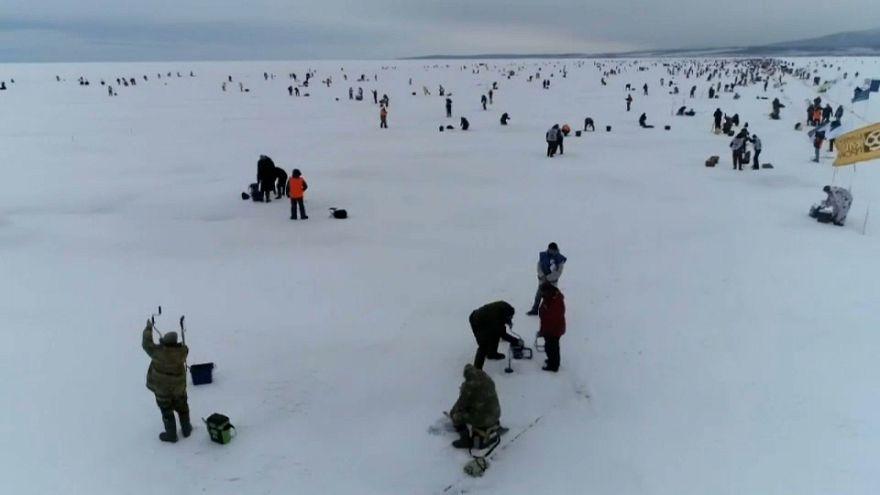 Wettbewerb im Eisfischen auf dem Baikalsee
