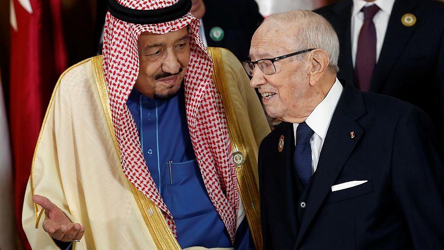 العاهل السعودي يغادر قمة تونس ويشيد بنتائجها الإيجابية