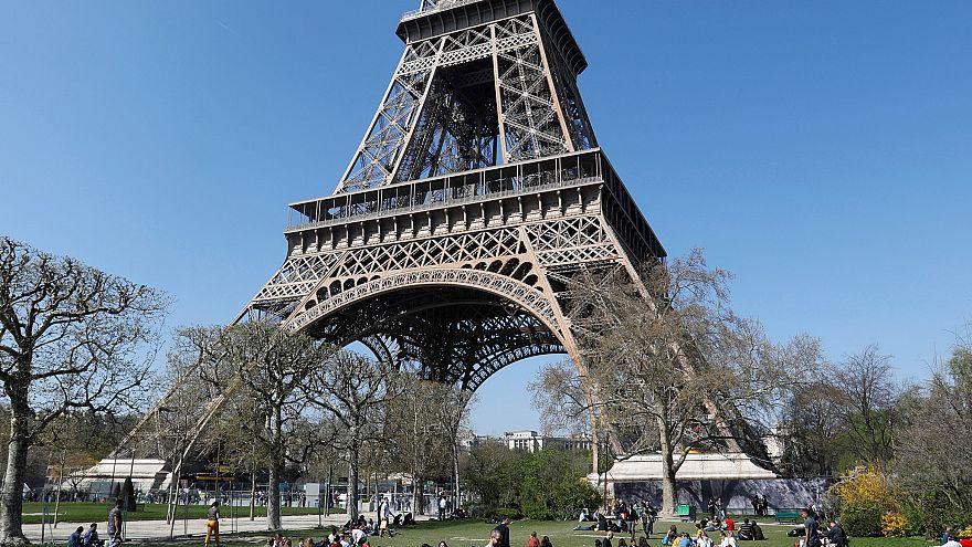 Parigi: festa per l'ultracentenaria Torre Eiffel