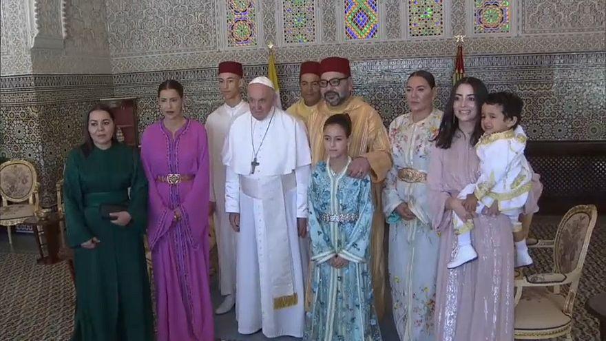 البابا فرانسيس مع أفراد من العائلة الملكية في المغرب