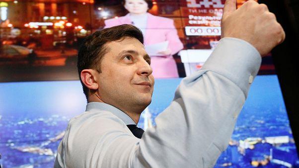 El humorista Zelenski y Poroshenko pasan a la segunda vuelta en las persidenciales de Ucrania