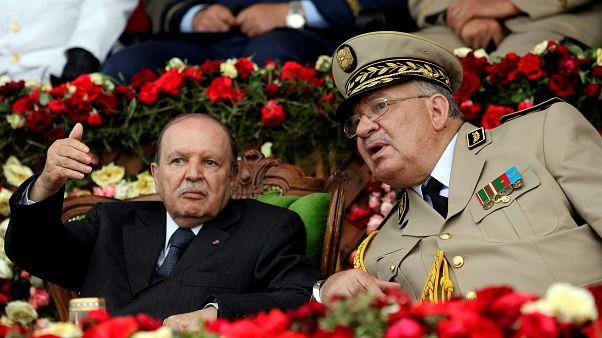 الرئيس الجزائري عبد العزيز بوتفليقة  وبجواره رئيس الأركان أحمد صالح