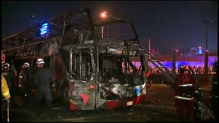 Al menos 20 muertos al incendiarse un autobús en Lima