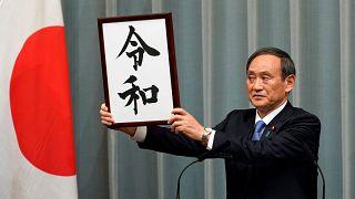 Le porte-parole du gouvernement Yoshihide Suga, dévoile le nom Reiwa
