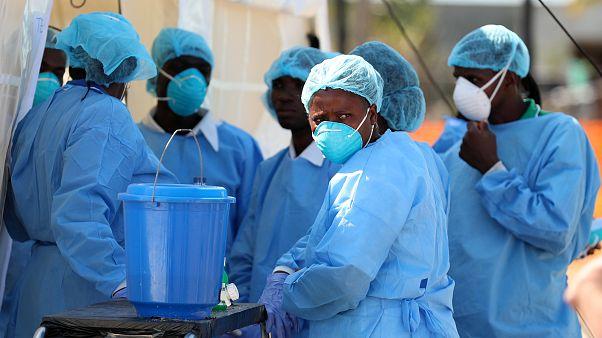 فريق طبي يستعد لعلاج مصابين بالكوليرا في موزامبيق يوم 29 مارس آذار 2019