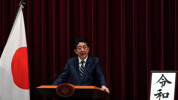 رئيس الوزراء الياباني شينزو آبي خلال مؤتمر صحفي للإعلان عن اسم الحقبة الإمب