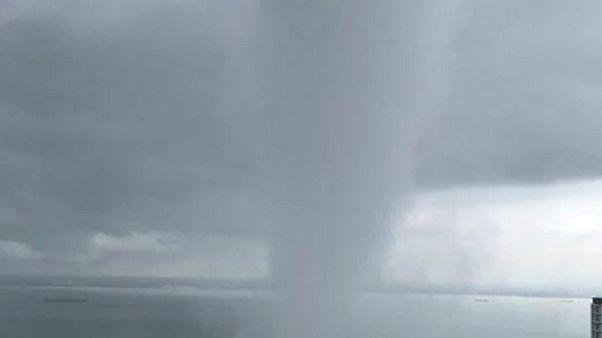 شاهد: عامود مياه يقتحم جزيرة ماليزية