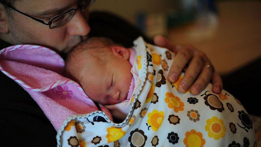 Nyolc hét apasági szabadságot kapnak Spanyolországban a férfiak gyermekük születése után