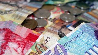 للشهر الثاني على التوالي السلطة الفلسطينية تدفع نصف راتب لموظفيها