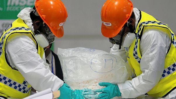 عنصران من مكتب مكافحة المخدرات في سريلانكا يتلفان كمية من الكوكايين