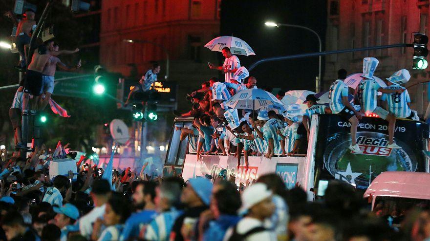 احتفالات عارمة في بوينس آيرس عقب إحراز رايسنغ لقب الدولي الأرجنتيني