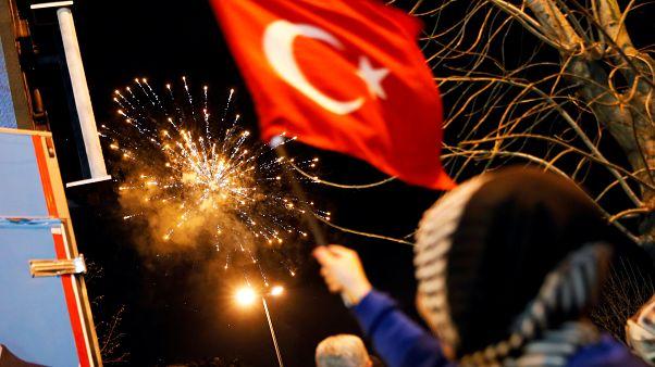 ألعاب نارية تظهر في سماء اسطنبول يوم الاثنين