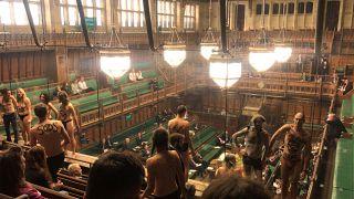 """ناشطون عراة من مجموعة """"التمرّد ضدّ الانقراض"""" في البرلمان البريطاني"""