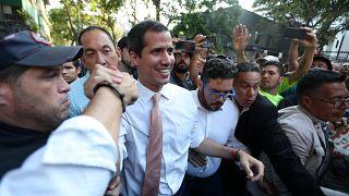 زعيم المعارضة الفنزويلية خوان غوايدو يحيط به مناصروه في كاراكس