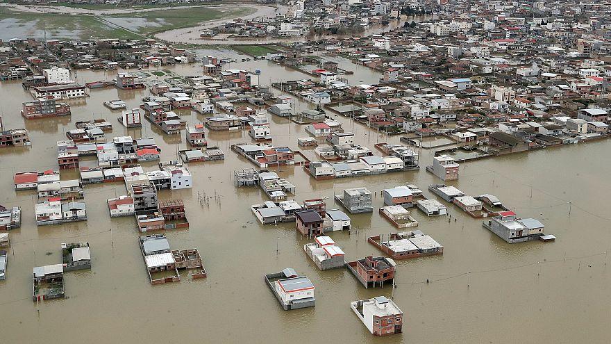 طهران: بطء جهود الإغاثة في مناطق الفيضانات سببها العقوبات الأمريكية
