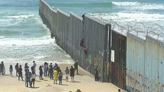 عشرات المهاجرين يتسلقون السياج الحدودي مع الولايات المتحدة